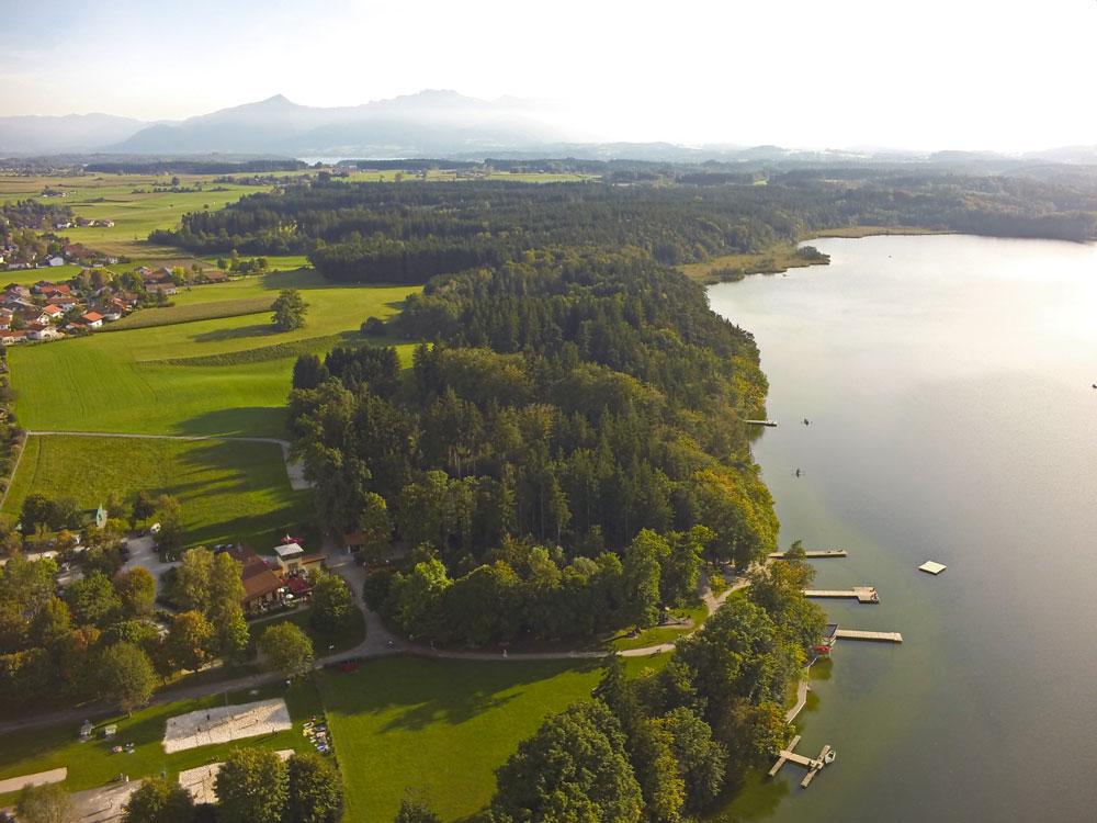 Der idyllisch gelegene Hartsee bei Eggstätt