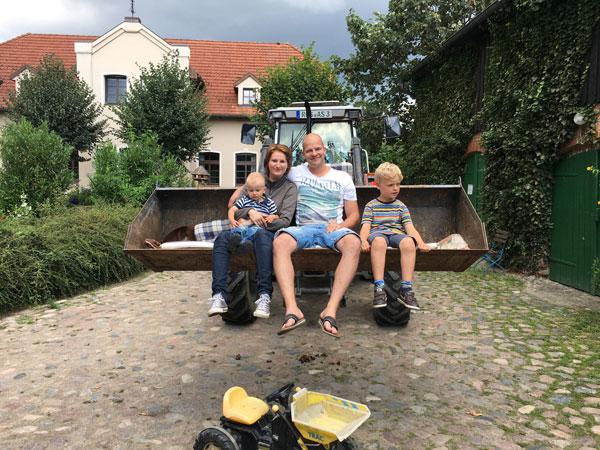 Im Heu übernachten und ein Tag auf dem Bauernhof aus Sicht der Kinder