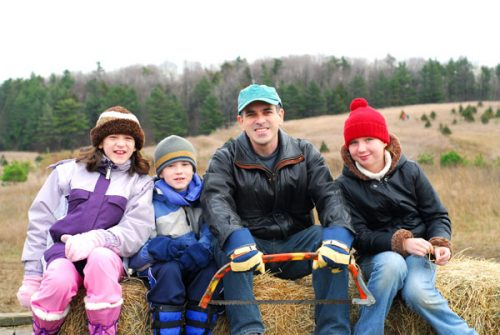 Familie auf Strohballen