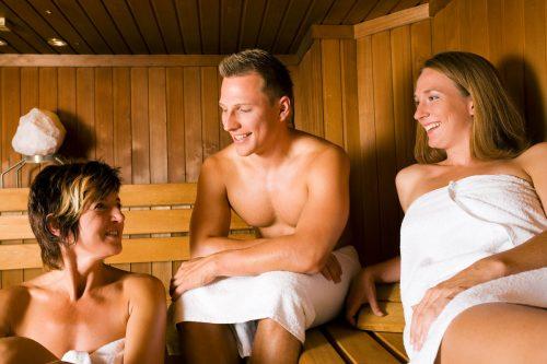 Freunde beim Wellnessurlaub in der Sauna