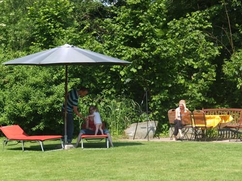 Am Teich mit Grillplatz auf der Vita-Farm Bergmann-Scholvien