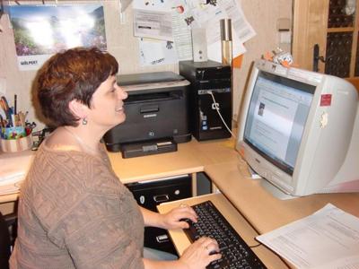 Angelika Lipp bei der Büroarbeit