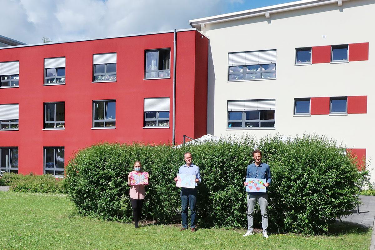 Bildübergabe - Stefan Boos übergibt die Bilder an das Seniorenzentrum St. Martin in Füssen/Ostallgäu