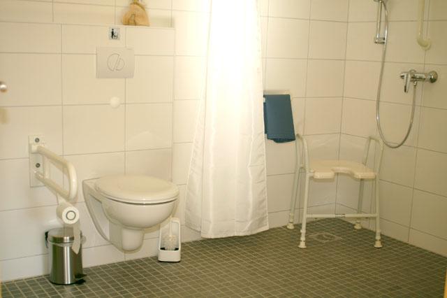 Barrierefrei und rollstuhlgerecht ist das Bad der Wohnung Lindau auf dem Ferienhof Sauter