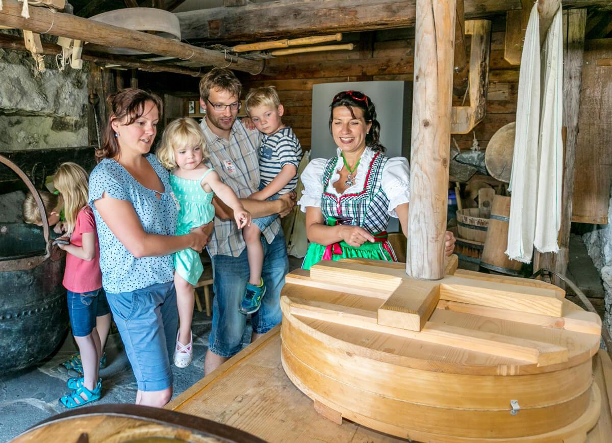 Spannende Familienführung im Bergbauernmuseum Diepolz in der Höfle-Alpe © Allgäuer Bergbauernmuseum/Ralf Lienert