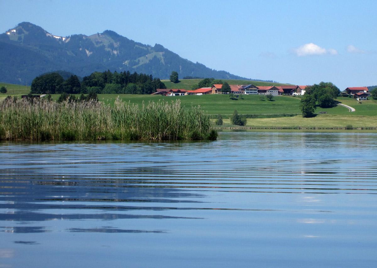 Blick auf den Ferienhof Böck am Hopfensee