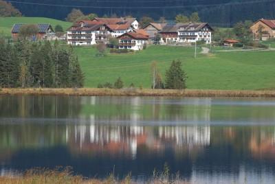 Blick vom See auf den Hof Alpenseeblick