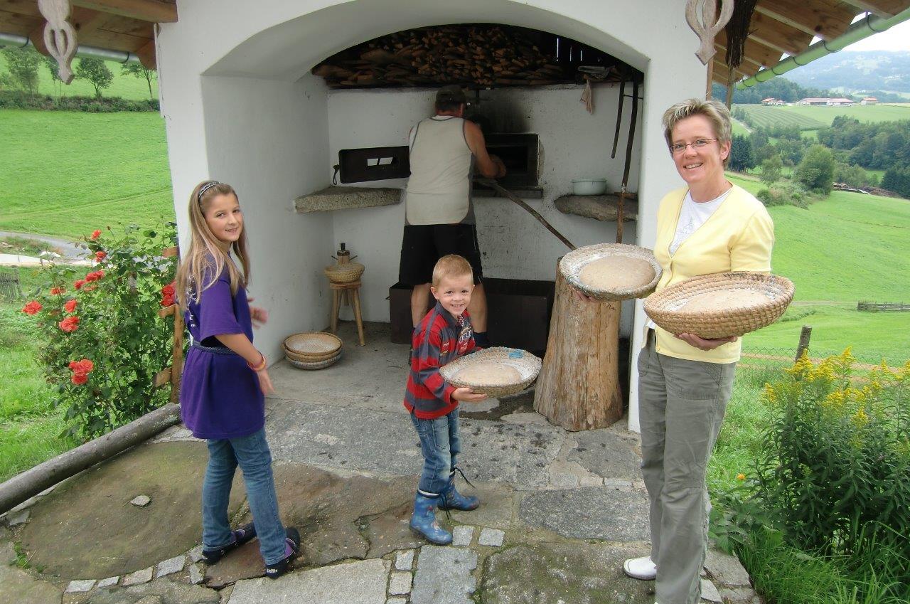 Brot aus dem Holzofen gibt es auf dem Ranzinger Hof