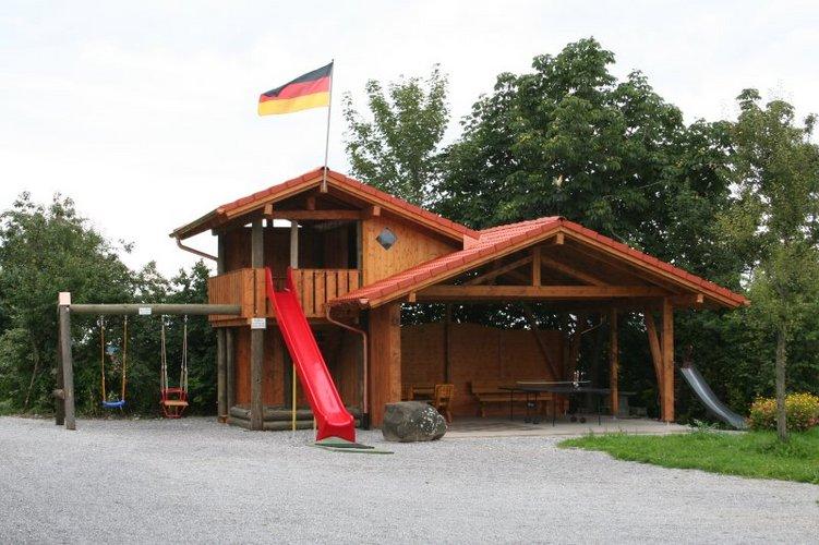Das Spielhaus mit Rutsche und Schaukel auf dem Salenberghof