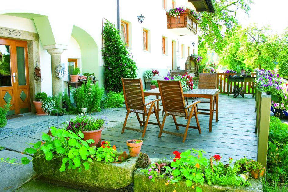 Die Seele baumeln lassen auf der Terrasse des Ferienhof Schätzl