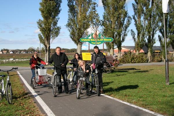 Fahrradfahren auf dem neuen Radweg am Erlebnis-Bauernhof Kliewe