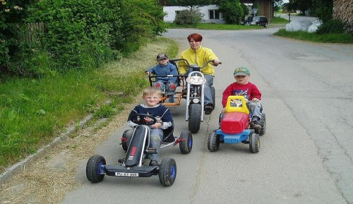 Fahrzeuge für Kinder auf dem Baby- und Kinderbauernhof beim Fischer