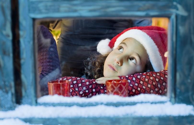 Strahlender Glanz in Kinderaugen unter´m Weihnachtsbaum in den Bauernhofferien zur Winterzeit