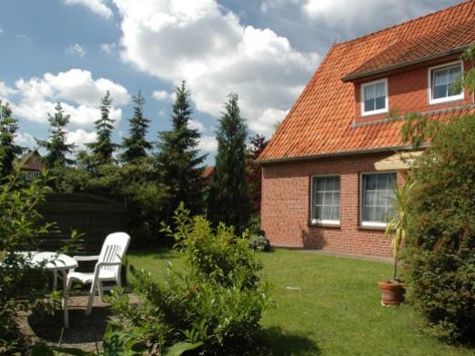 Gartenanlage mit Liegestühlen - Cohrshof