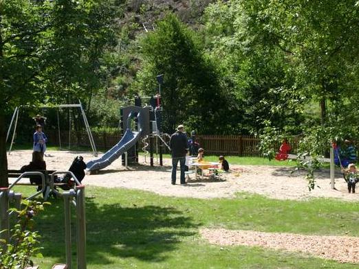 Generationen-Spielplatz im Dorf