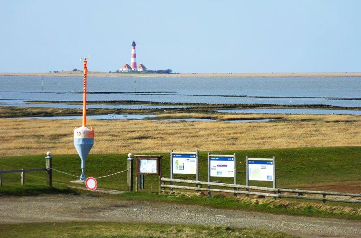 Hafen mit Sturmflutschild - © Hof Tümlauer Bucht