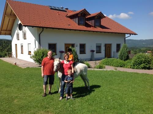 Melanie T. aus Elmshorn mit ihrem Mann und den Kindern auf dem Pony während ihres Aufenthaltes im Urlaub auf dem Bauernhof Kilger