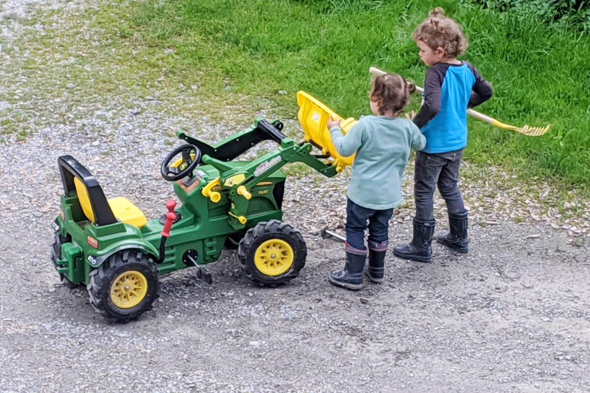 Kinder finden immer Action am Hof