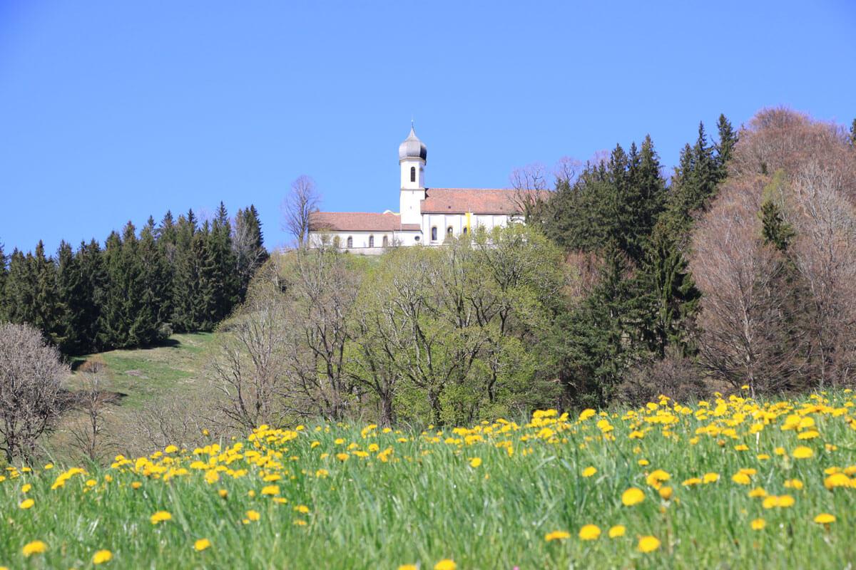 Blick zur Wallfahrtskirche Maria Himmelfahrt auf dem Hohen Peißenberg