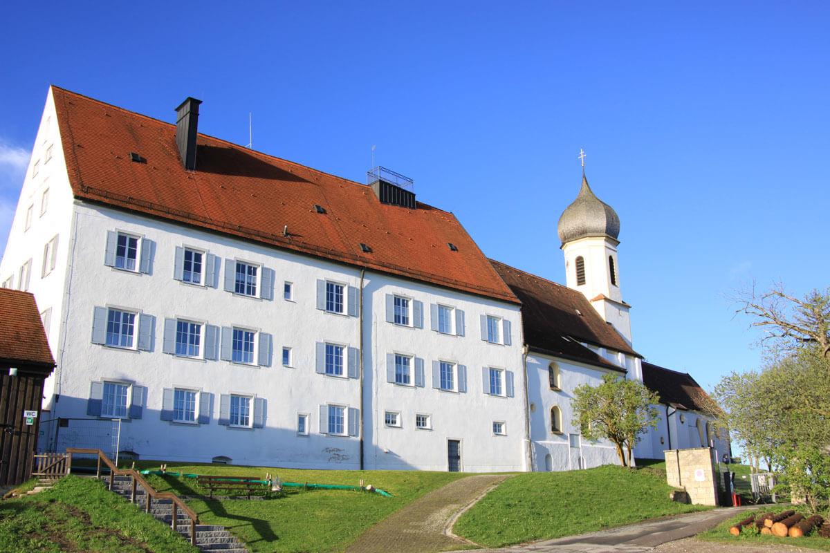 Blick zum Pfarrhof der Wallfahrtskirche Maria Himmelfahrt