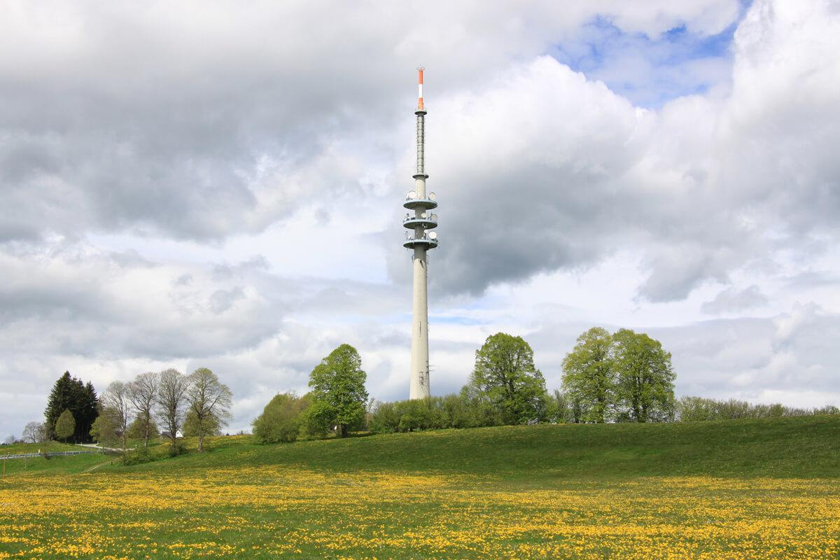 Der markante Fernsehturm auf dem Hohen Peißenberg