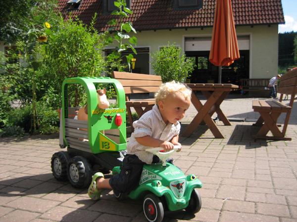 Johann_mit_Bobby-Car