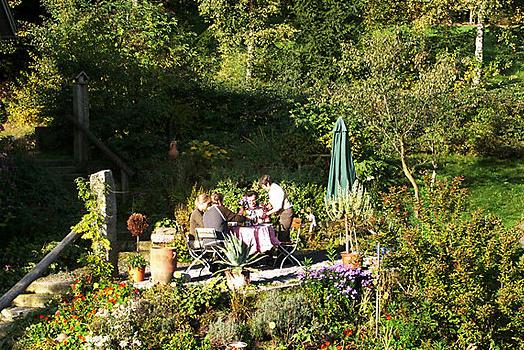 Kaffee oder Tee im Kräutergarten genießen