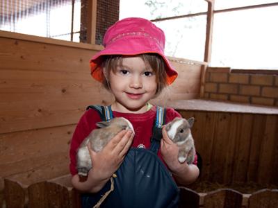 Kind mit Häschen