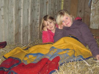 Kinder im Heu auf dem Ponyhof Grünberger