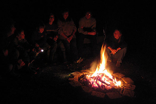 Knisterndes Lagerfeuer am Abend