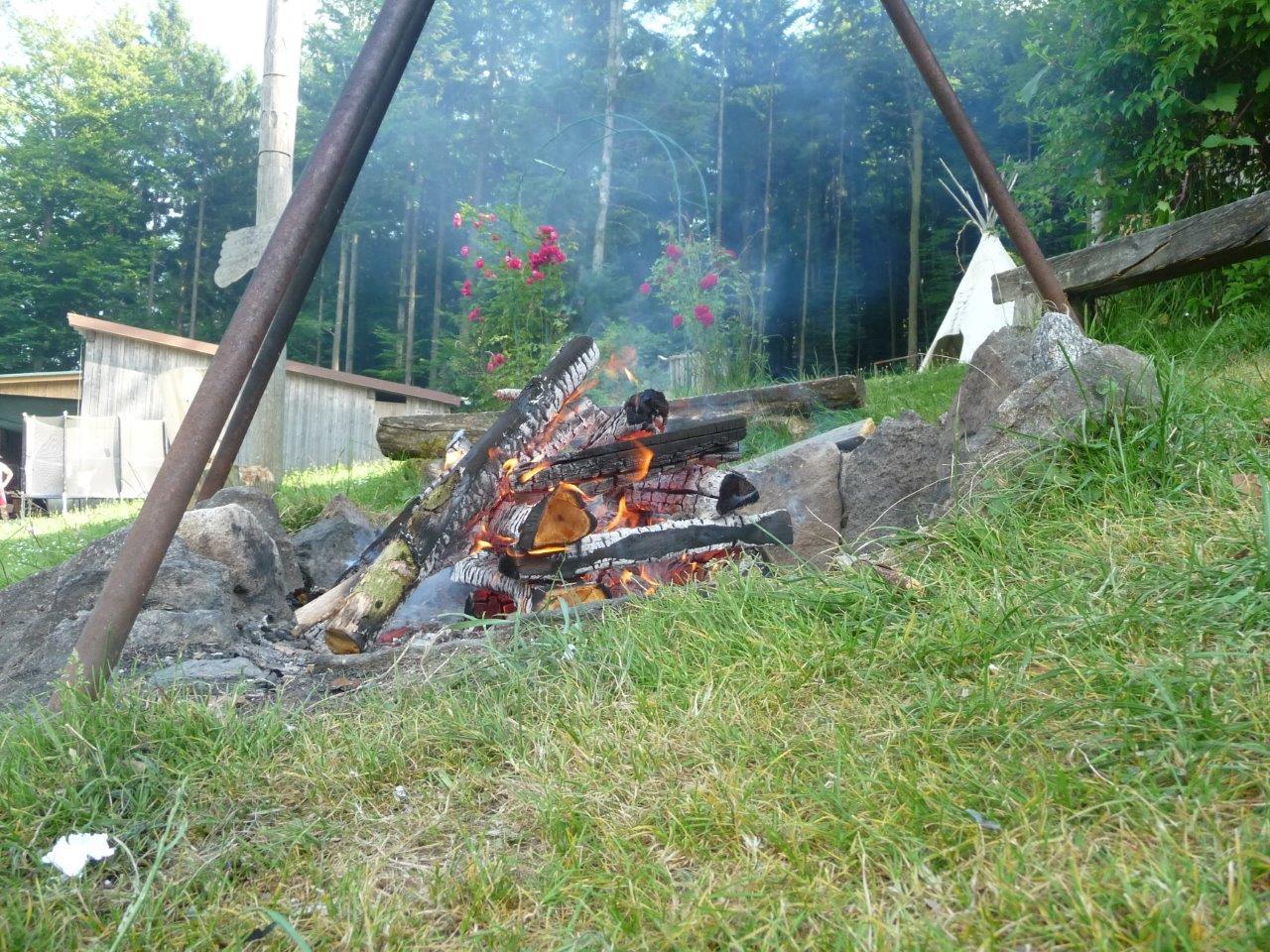 Lagerfeuer und Tipi auf dem Ranzinger Hof