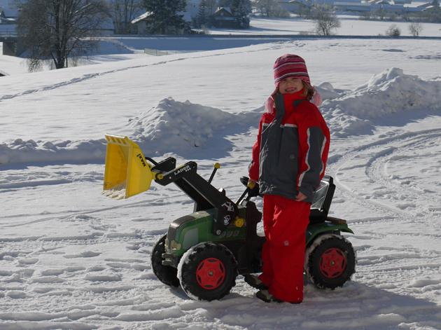 Lustiges Traktorfahrt im Schnee