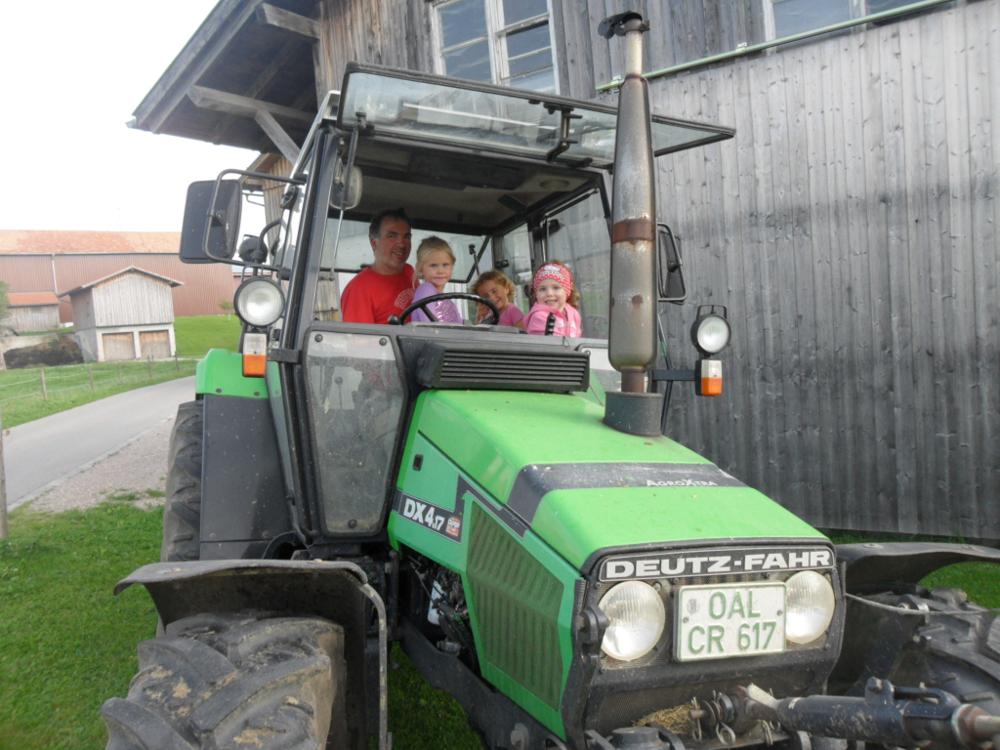 Mit dem Traktor mitfahren auf dem Kinderbauernhof Hindelang