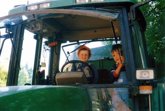 Probesitzen auf dem Traktor des Ferienhof Seelust der Familie Hinz