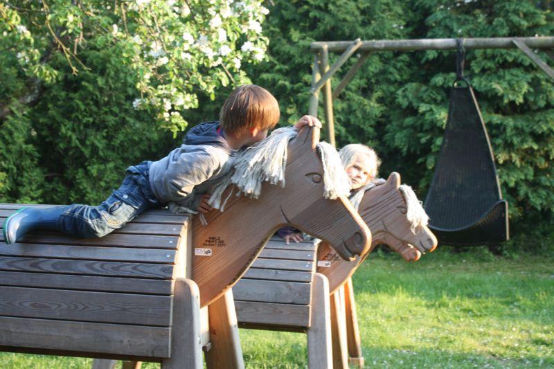 Reiten üben auf den Holzpferden auf dem Ferienhof Rickert
