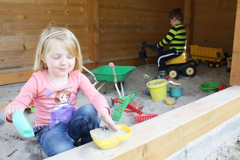 Sandspielhaus mit vielen Sandspielsachen, witterungsunabhängig