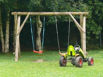 Schaukel, Kinderfahrzeuge alles vorhanden auf dem auf dem Ferienhof Hayenort