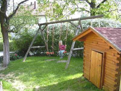 Schaukel und Spielhaus Baby- und Kinderbauernhof beim Fischer