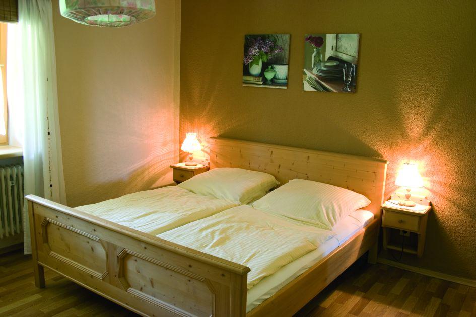 Schlafzimmer der Ferienwohnung Ringelblume auf dem Ferienhof Schätzl