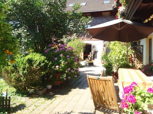 Spazierfahrt mit dem Tretauto durch den Garten auf dem Wolfeicherhof