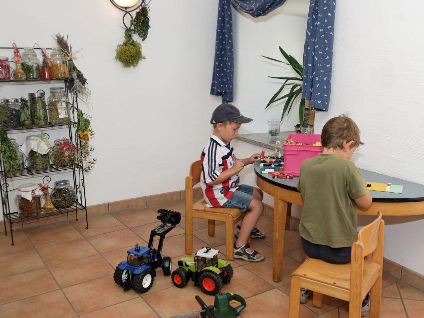 Spielecke im Aufenthaltsraum auf dem Ferienhof Schätzl
