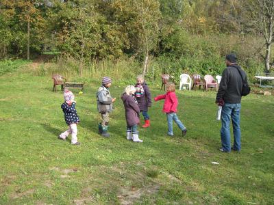 Spielen auf der Wiese auf dem Ponyhof Grünberger