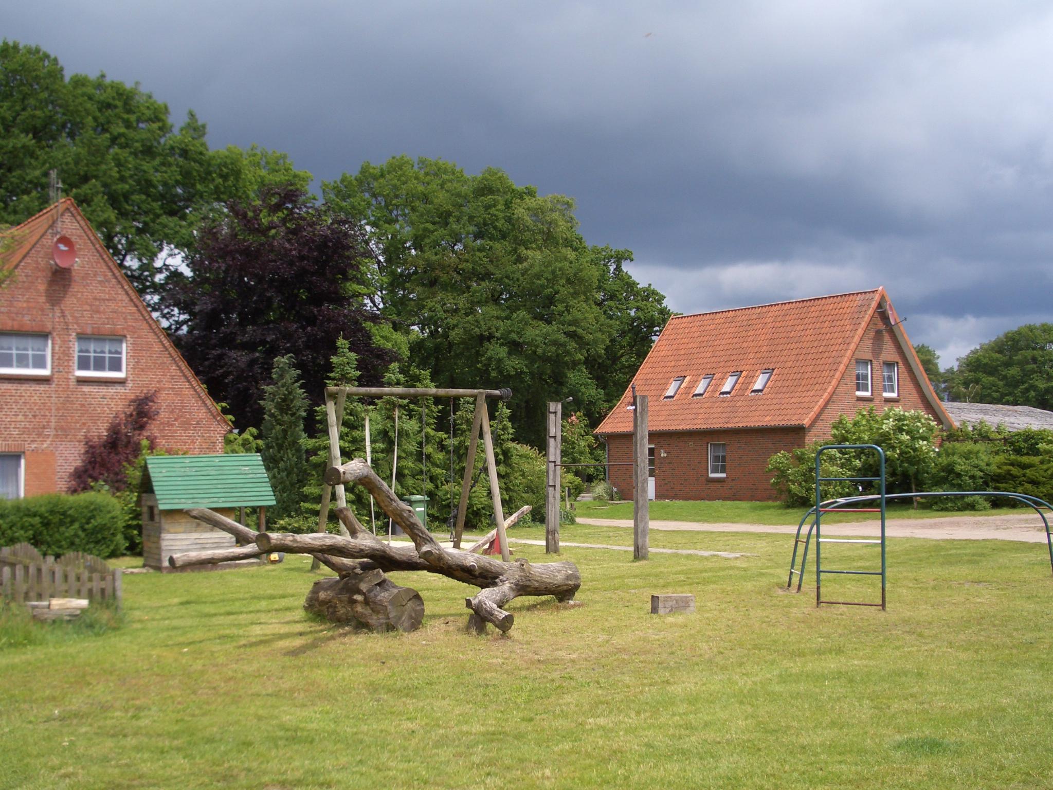Spielplatz mit Blick auf die Häuschen auf dem Cohrshof