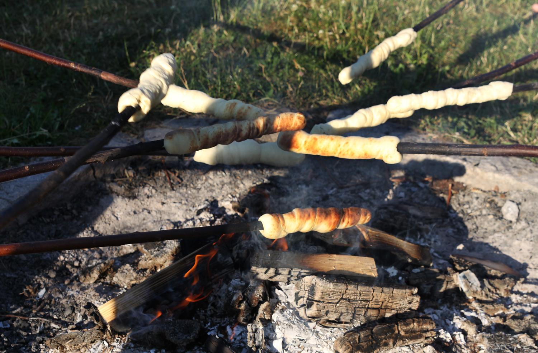 Stockbrotbacken auf dem Lagerfeuer im Feriendorf Nehmeier