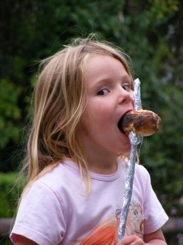 Stockbrotbacken nicht nur für Kinder ein Genuss auf dem Traberhof