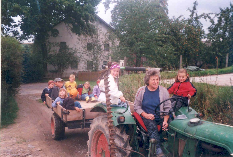 Traktorfahrten auf dem Baby- und Kinderbauernhof beim Fischer