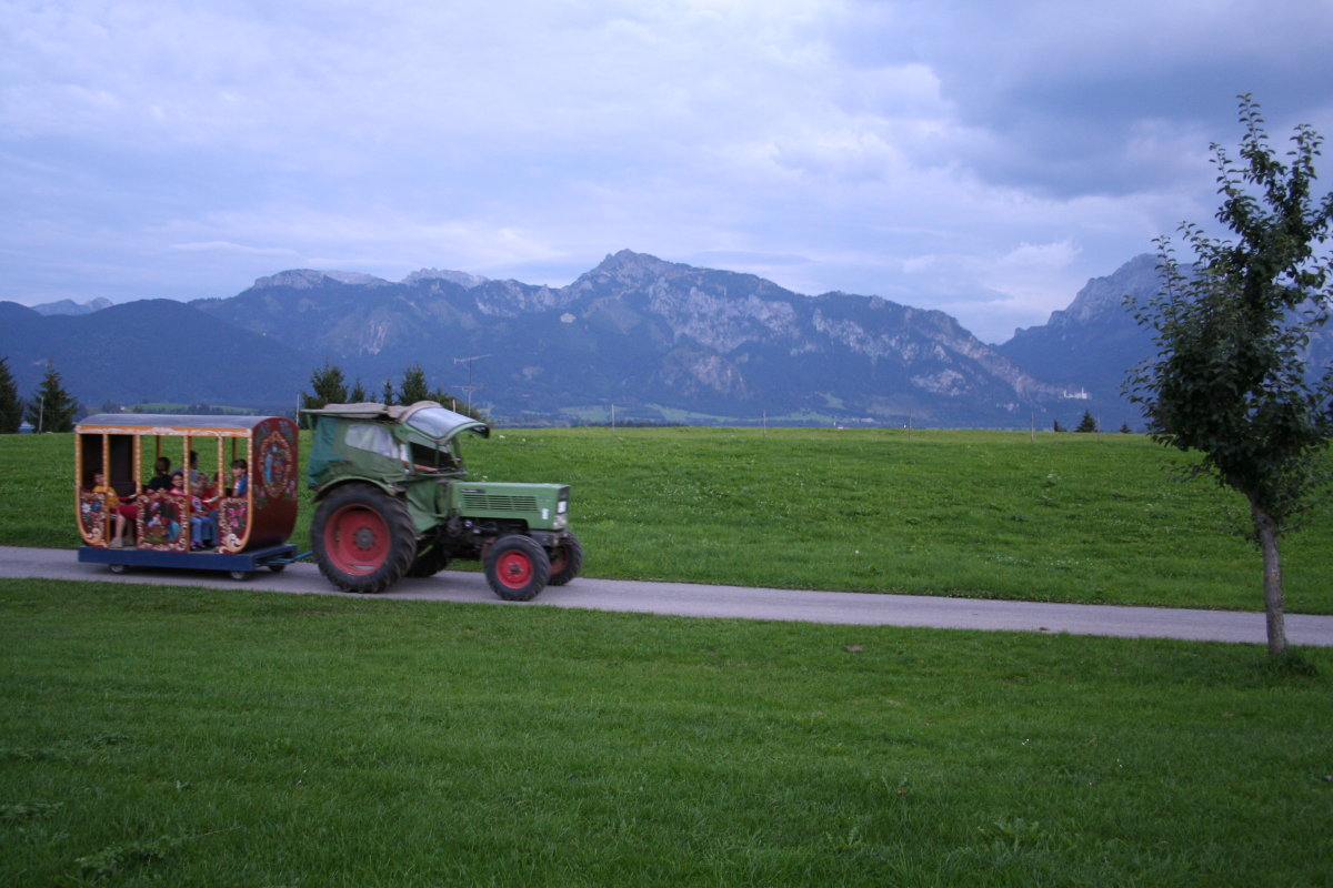 Traktorfahrten mit Blick auf Schloss Neuschwanstein vom Salenberghof aus