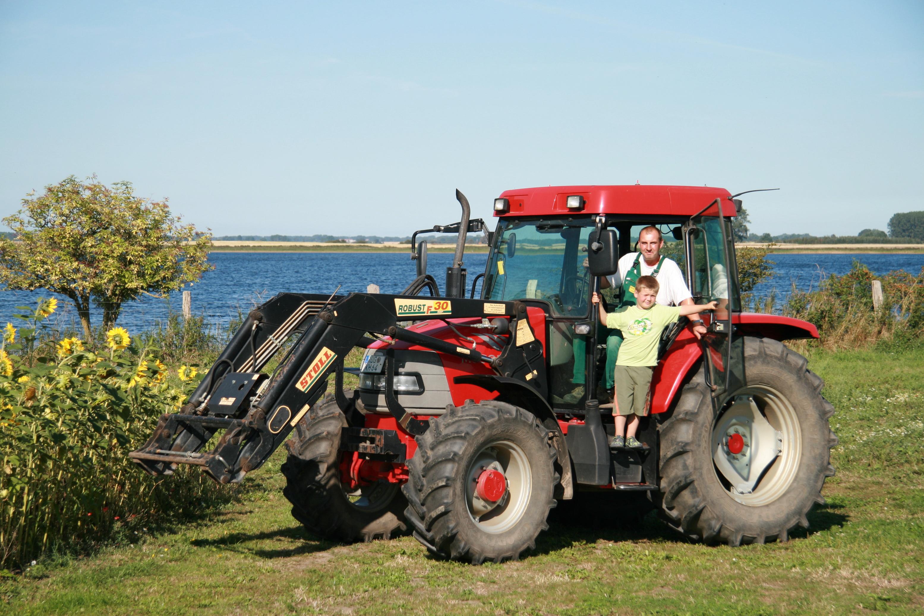 Traktormitfahren erlaubt auf dem Erlebnis-Bauernhof Kliewe
