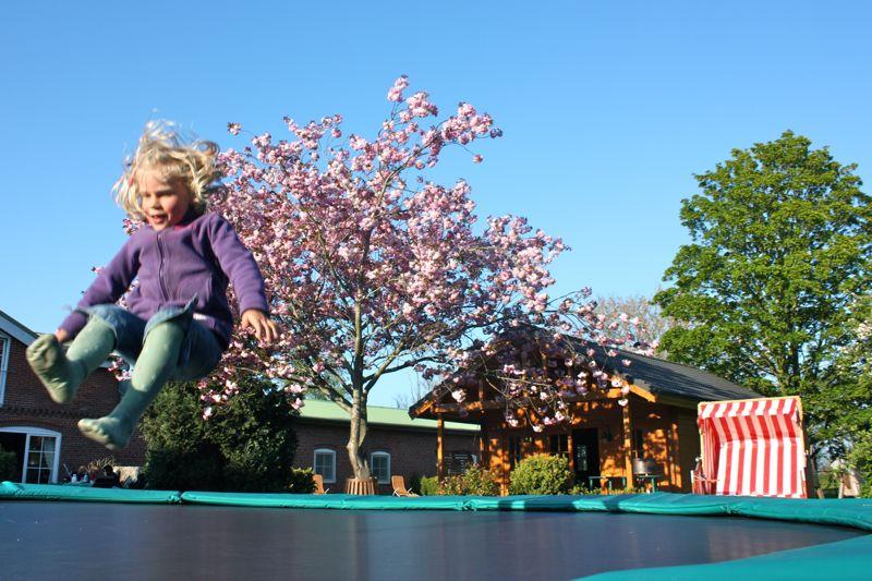 Trampolin hüpfen macht Spaß auf dem Ferienhof Rickert