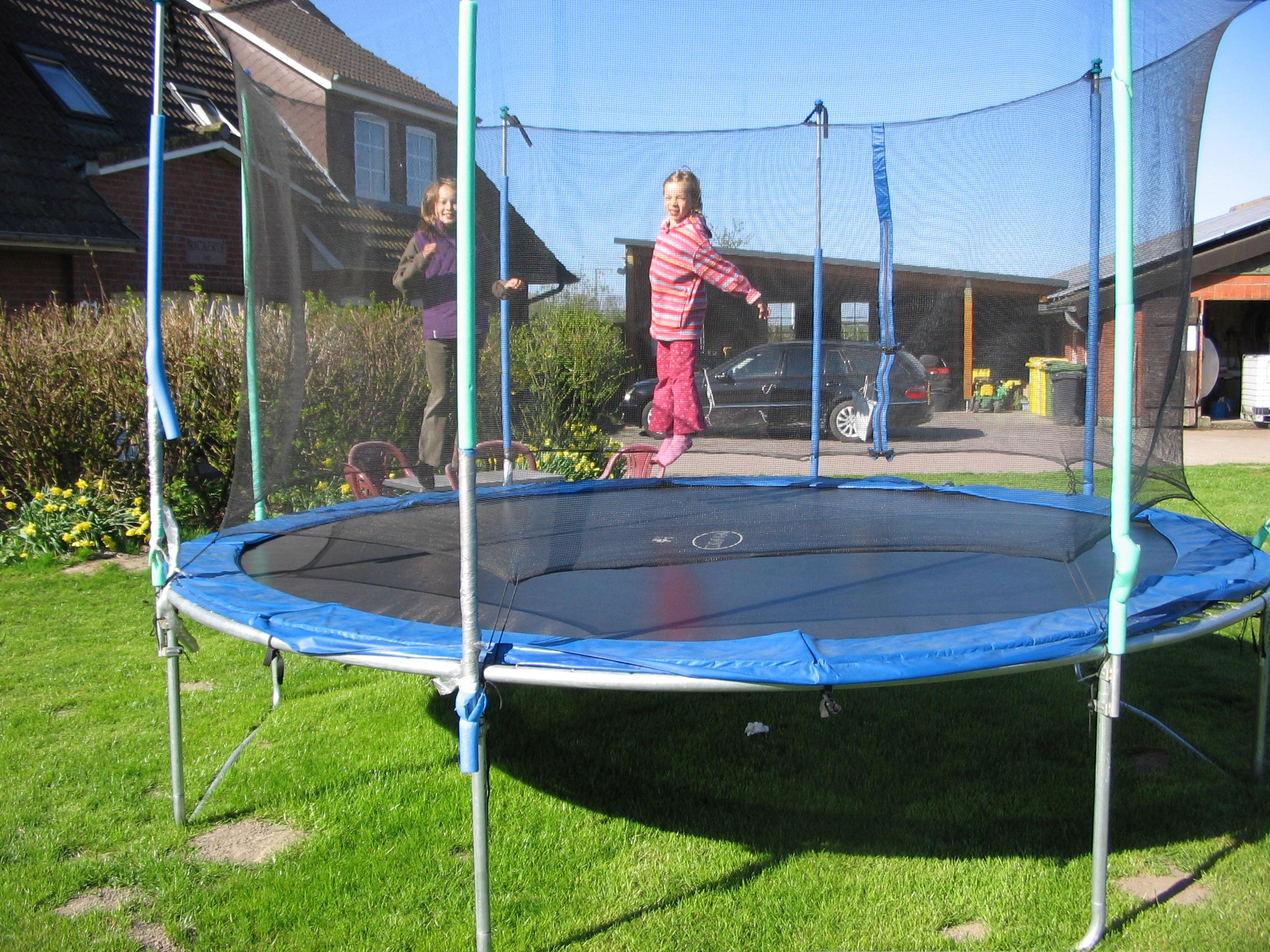 Trampolin springen auf dem Ferienhof Rickerts